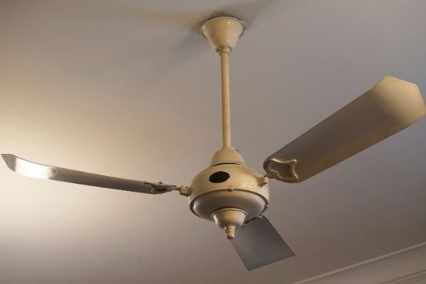 how do ceiling fans cool a room